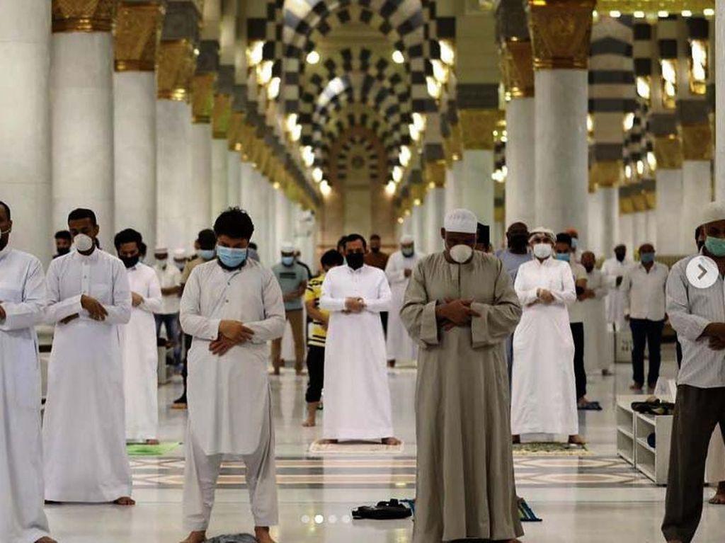 Arab Saudi Kirim 10 Juta SMS Soal Protokol Sholat di Masjid