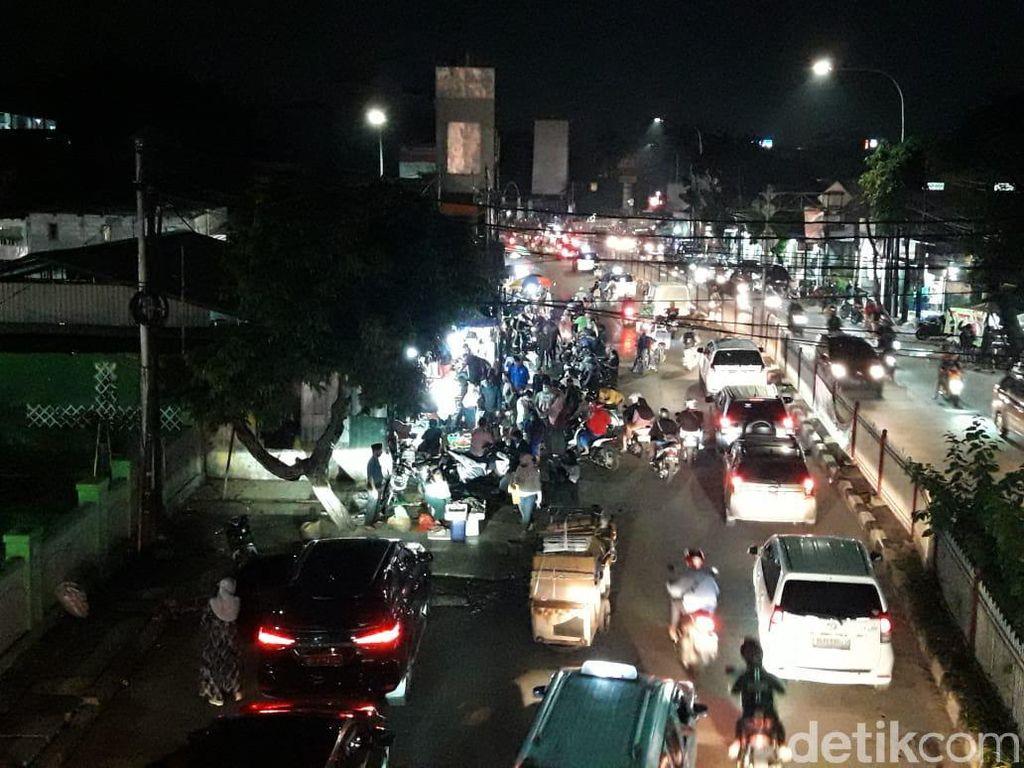 Warga Padati Pasar Kramat Jati di Malam Hari, Ada yang Tak Bermasker