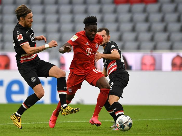 MUNICH, GERMANY - MAY 30: Alphonso Davies of Bayern Munich is challenged by Kevin Stoeger of Fortuna Duesseldorf during the Bundesliga match between FC Bayern Muenchen and Fortuna Duesseldorf at Allianz Arena on May 30, 2020 in Munich, Germany. (Photo by Christof Stache/Pool via Getty Images)