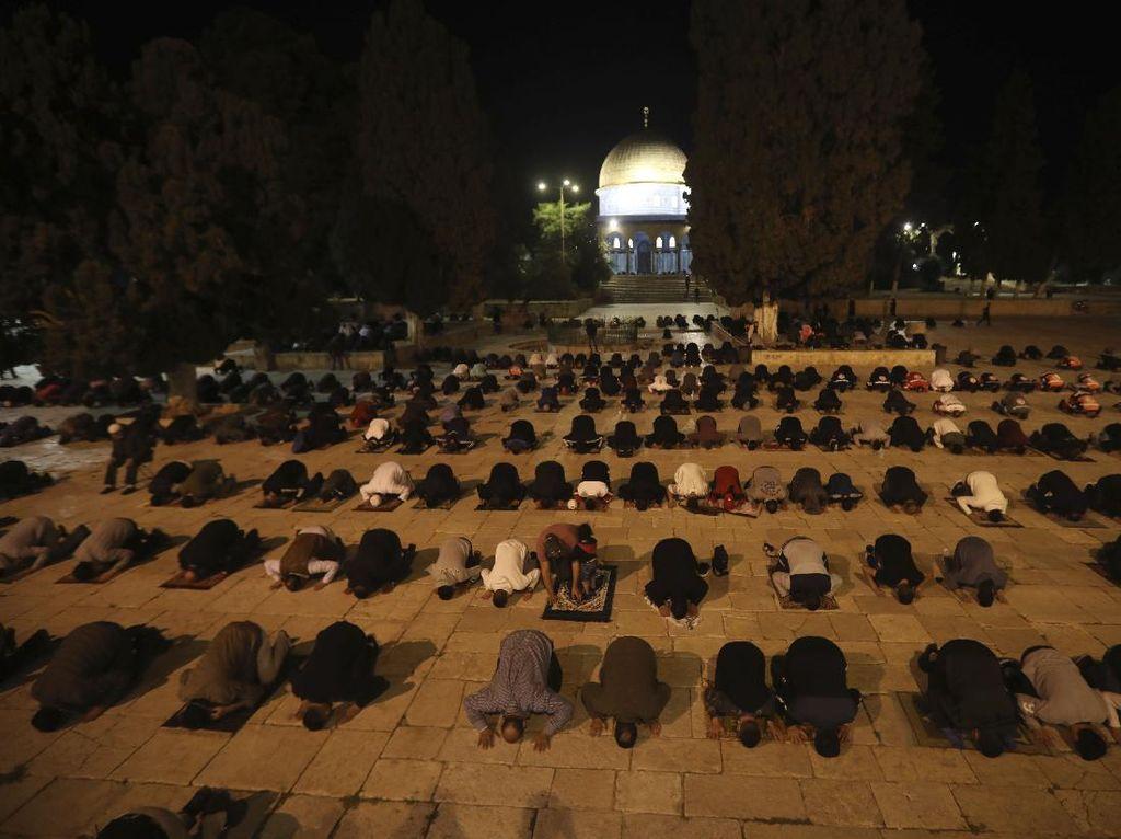 Foto: Khusyuknya Jemaah Salat di Masjid Al-Aqsa yang Baru Dibuka
