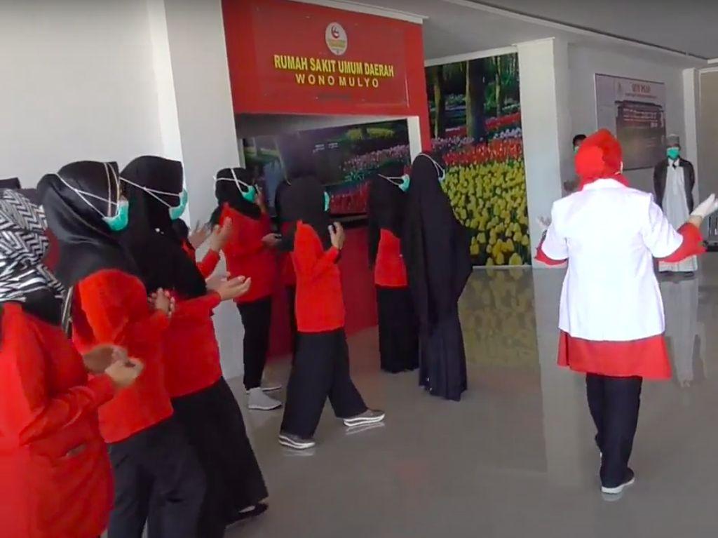 Pasien Sembuh Corona di Polman Dilepas dengan Lantunan Lagu Para Perawat
