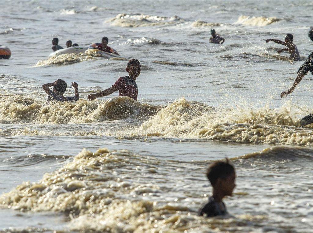 Warga Mulai Padati Kawasan Wisata Pantai Tanjung Pakis