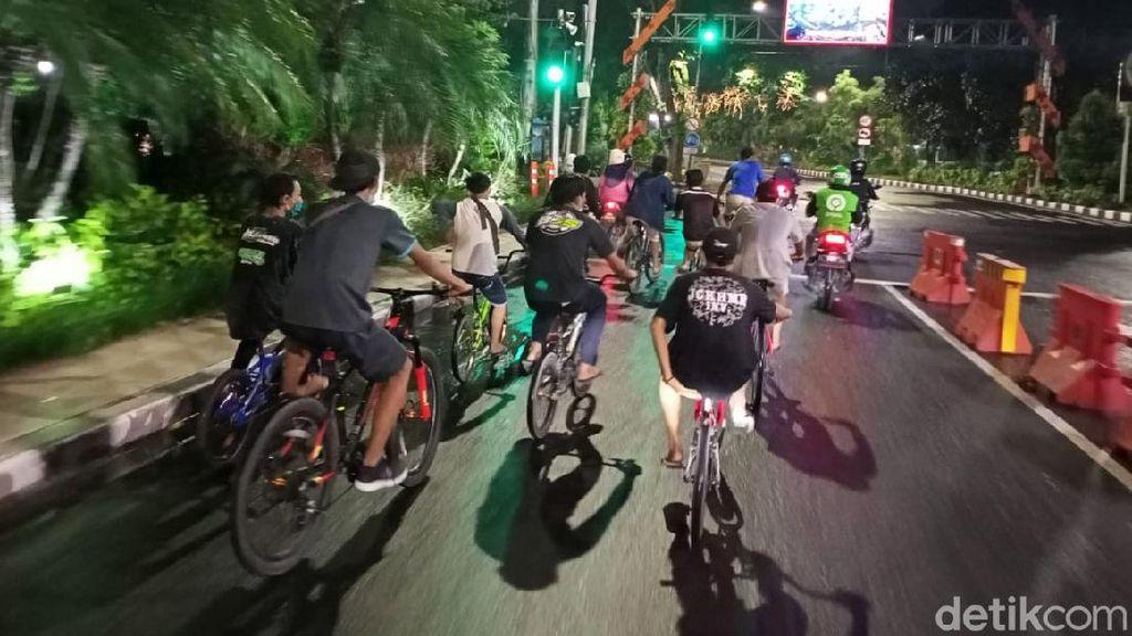 Duh! Banyak Warga Gowes Saat Jam Malam PSBB di Surabaya