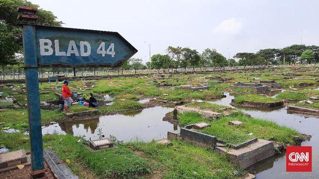Sejumlah pusara makam di TPU Semper yang masih tampak meski dikelilingi genangan air. (