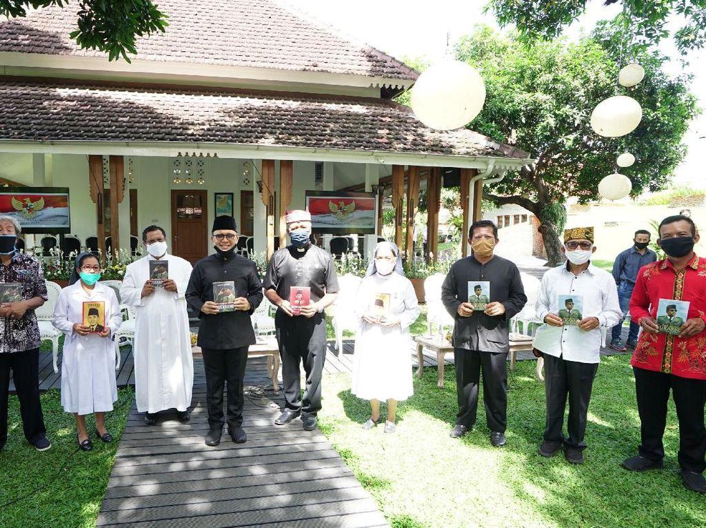 Bupati Anas Kembali Bagikan Paket Buku Bung Karno ke Lintas Agama