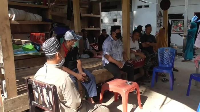 Tolak Penjemputan,Puluhan Warga Jaga Rumah Pasien Corona di Mamuju
