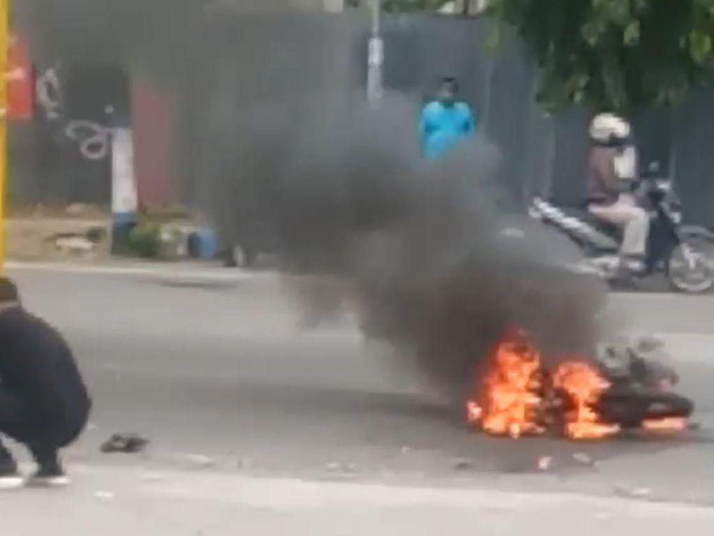 Sebuah Motor Hangus Terbakar Usai Kecelakaan di Caruban, Pengemudi Tewas