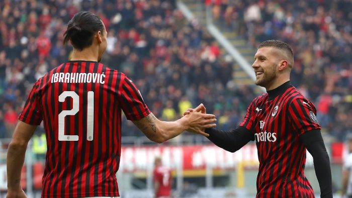 MILAN, ITALY - JANUARY 19:  Ante Rebic (R) of AC Milan celebrates his goal with his team-mate Zlatan Ibrahimovic (L) during the Serie A match between AC Milan and Udinese Calcio at Stadio Giuseppe Meazza on January 19, 2020 in Milan, Italy.  (Photo by Marco Luzzani/Getty Images)