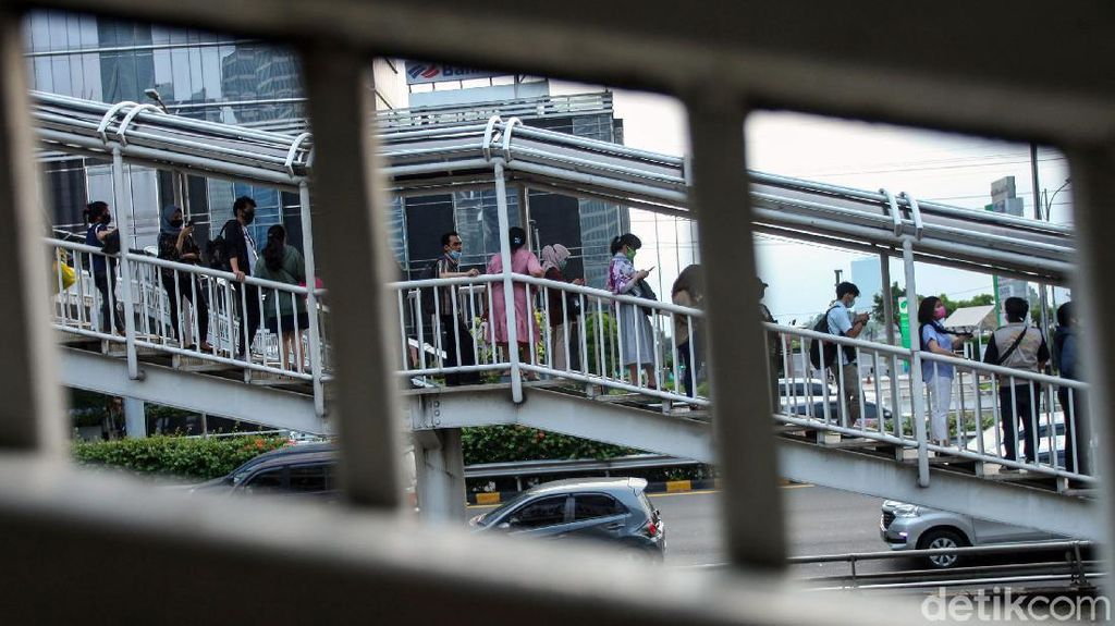 Penampakan Antrean Penumpang di Halte Bus TransJ