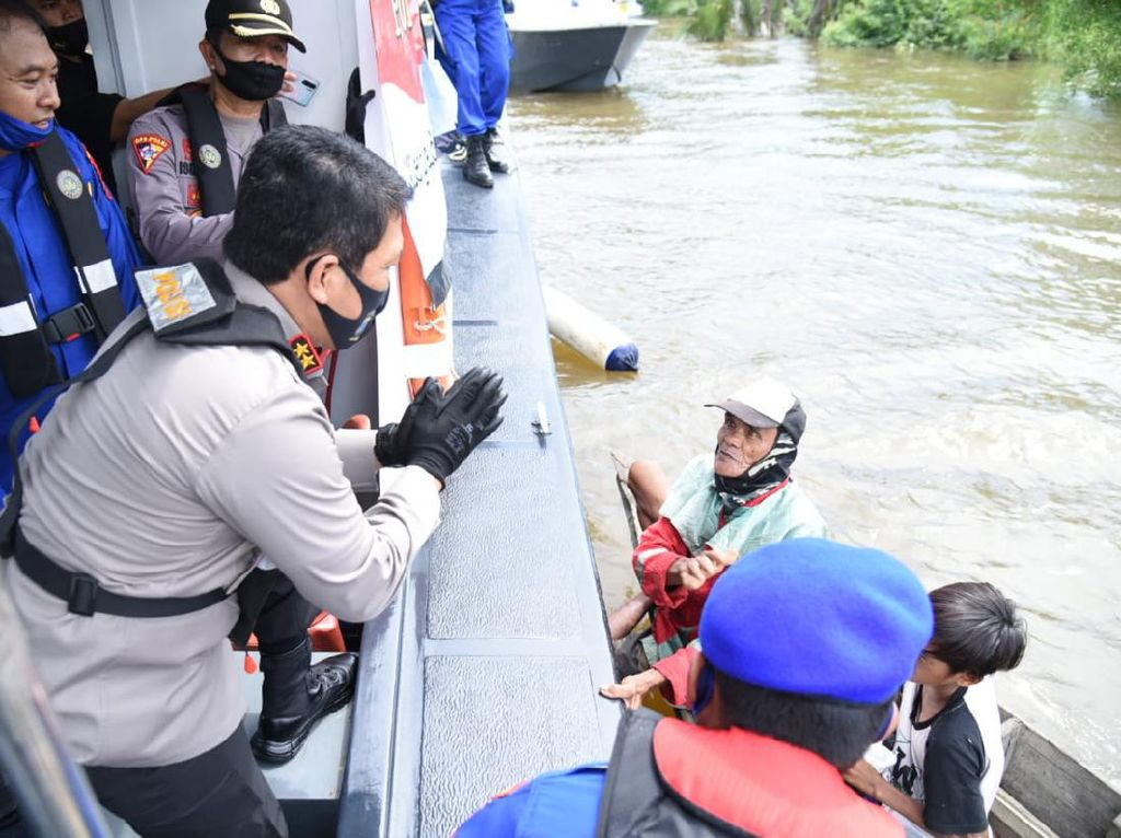 Kapolda Kalsel Sebar Bantuan 50 Karung Beras ke Warga Pesisir Sungai Barito