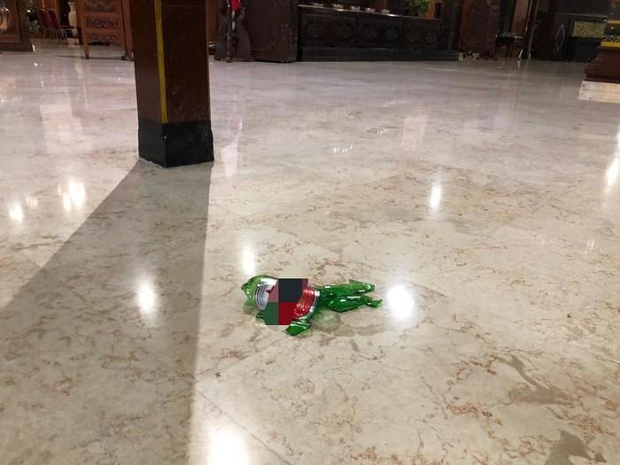 Seorang anggota DPRD Tulungagung mengamuk di pendapa kabupaten. Ia membanting botol bir dan wadah jajanan hingga pecah.
