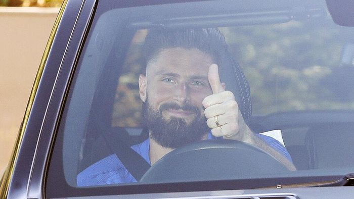 Chelseas French player Olivier Giroud gives a thumbs-up sign as he leaves at the clubs Cobham training ground after the English Premier League announced players can return to training in small groups from Tuesday May 19, 2020. The highly contagious COVID-19 coronavirus has impacted on nations around the globe, with many governments making the first steps to release sectors of the population from self isolation. (Andrew Matthews / PA via AP)