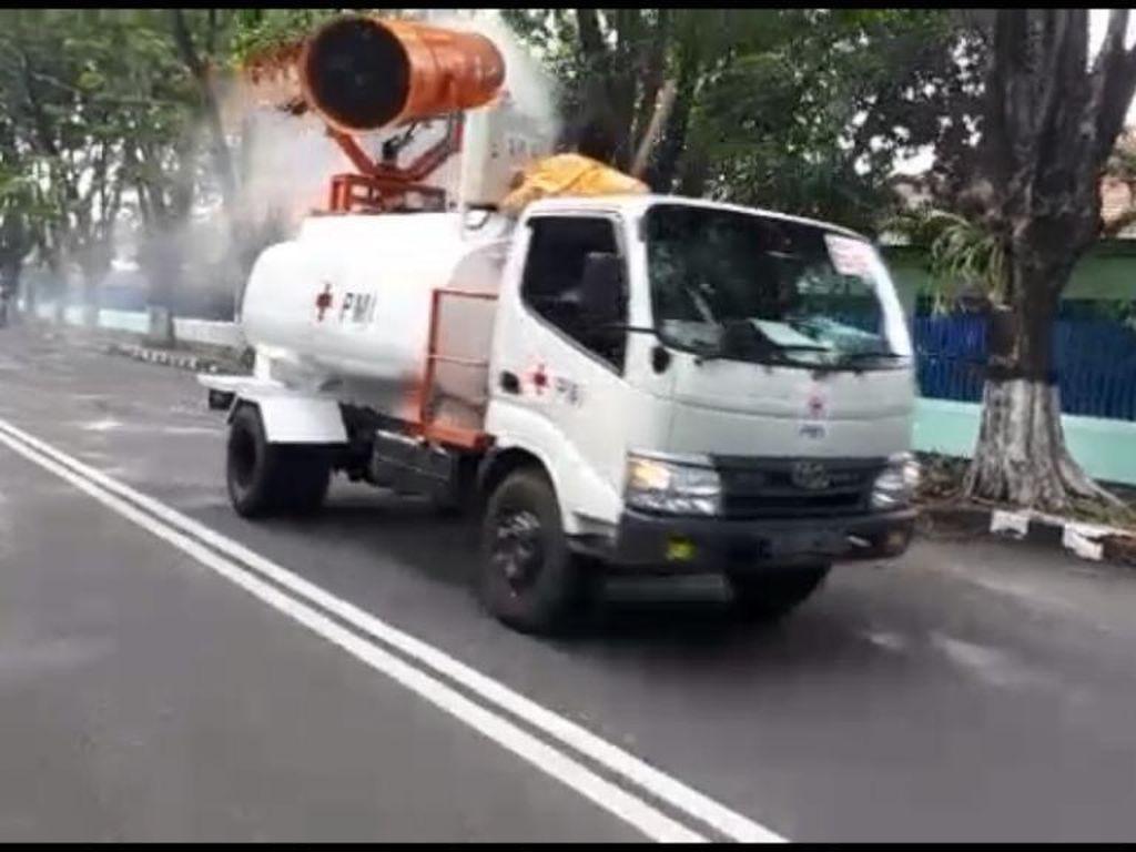 Mobil Gunner dan Pikap PMI Semprot Jalanan Surabaya