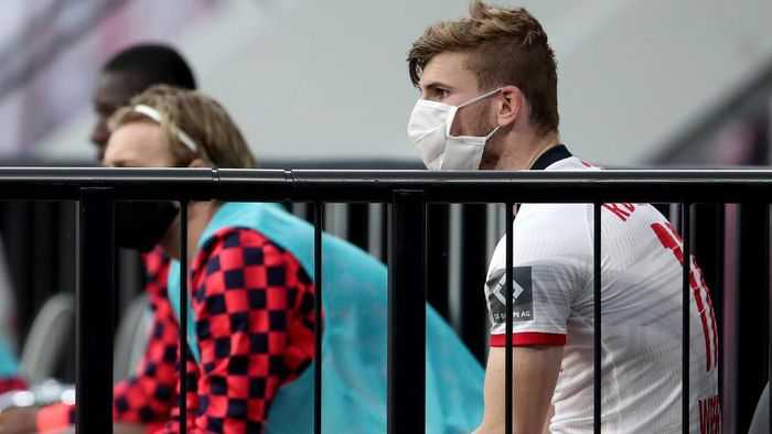 Leipzigs German forward Timo Werner (R) watches the German first division Bundesliga football match RB Leipzig v Hertha Berlin on May 27, 2020 in Leipzig, eastern Germany. (Photo by Alexander Hassenstein / POOL / AFP) / DFL REGULATIONS PROHIBIT ANY USE OF PHOTOGRAPHS AS IMAGE SEQUENCES AND/OR QUASI-VIDEO