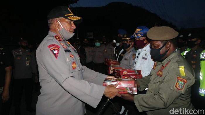 Kapolda Papua Irjen Paulus Waterpauw menemui anggota yang bertugas di perbatasan Kota Jayapura dan Kabupaten Jayapura.
