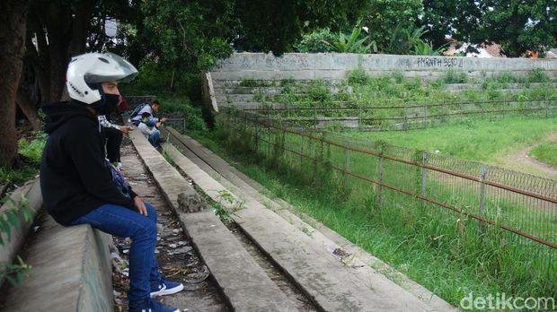 Stadion Sangkuriang terbengkalai.