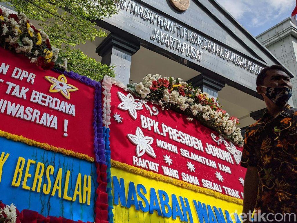 Jelang Sidang Perdana Kasus Jiwasraya, PN Jakpus Kebanjiran Karangan Bunga