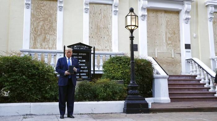 Donald Trump berkunjung dan berfoto sambil memegang Alkitab di depan Gereja St John's Church, Senin (1/6). Aksi itu membuat marah pemuka agama Kristen di AS.