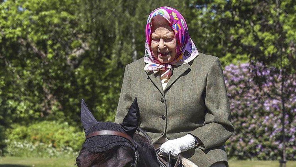 Foto: Aksi Berani Ratu Elizabeth II, Berkuda di Usia 94 Tanpa Pelindung