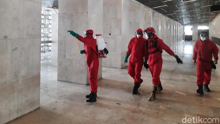 Penyemprotan disinfektan di Masjid Istiqlal, Rabu (3/6/2020)