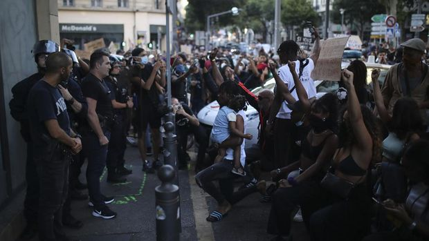 Protesters face police officers during a demonstration Tuesday, June 2, 2020 in Marseille, southern France. Thousands of people defied a police ban and converged on the main Paris courthouse for a demonstration to show solidarity with U.S. protesters and denounce the death of a black man in French police custody. (AP Photo/Daniel Cole)