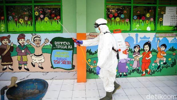 Penyemprotan disinfektan dilakukan di SDN 01 Tangerang, Provinsi Banten. Penyemprotan untuk mencegah virus corona ini dilakukan oleh PMI Kota Tangerang.