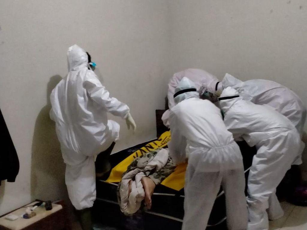 WN Ausie Ditemukan Tewas di Kosan, Dievakuasi Petugas Ber-APD Lengkap