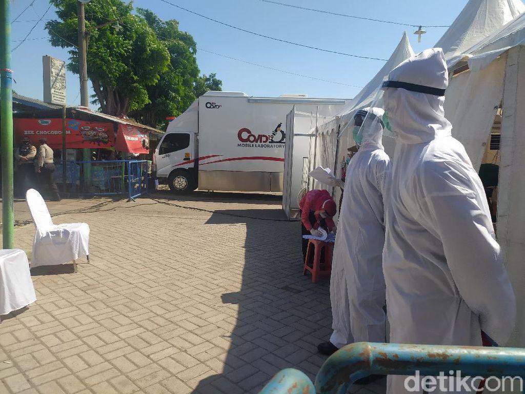 Ratusan Pedagang dan Warga Taman Sidoarjo Rapid Test dan Swab di Mobil PCR