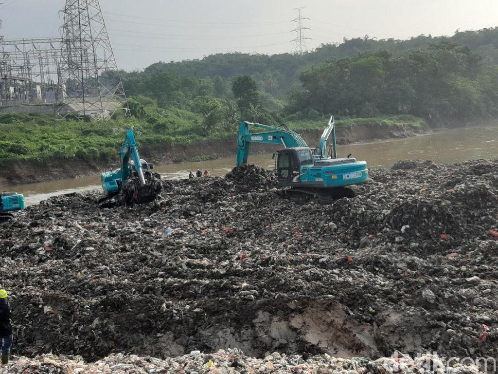 Turap TPA Cipeucang Jebol, Longsoran Sampah Masuk ke Sungai Cisadane