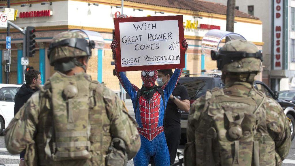 Spiderman-Batman Protes Kematian George Floyd