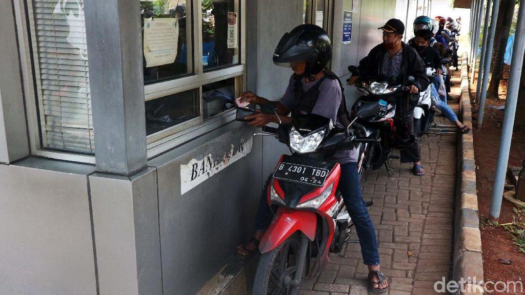 Warga Manfaatkan Layanan Drive Thru di Samsat Jakarta Timur