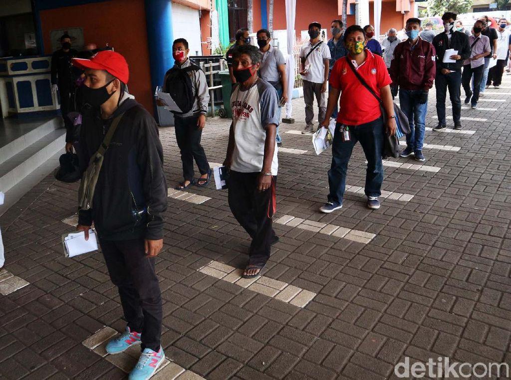 Warga Antre Bayar Pajak di Samsat Jakarta Timur
