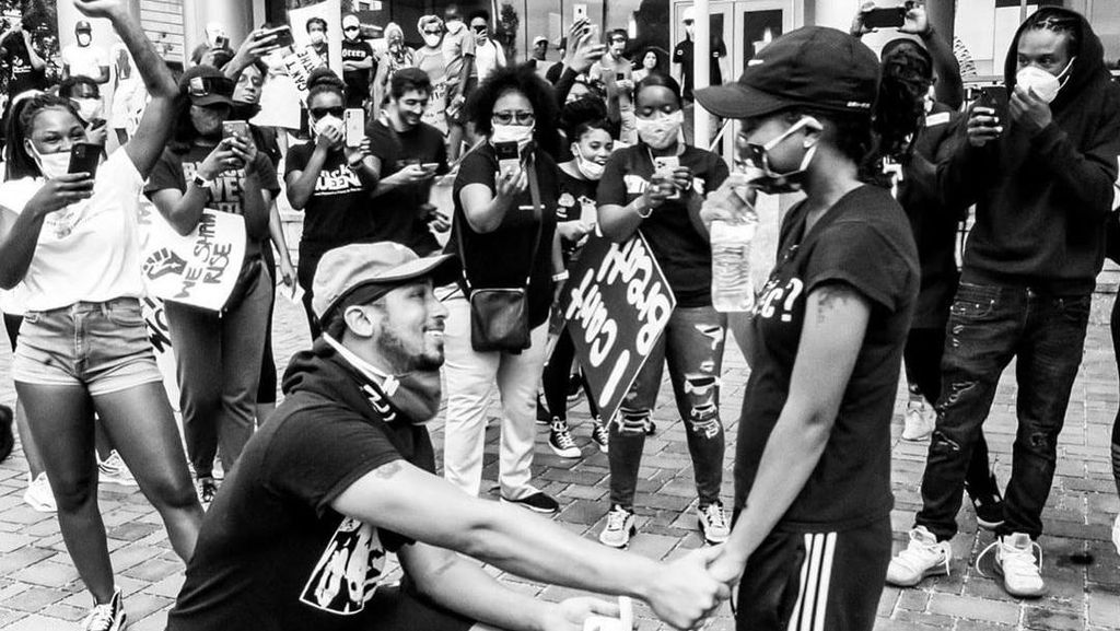 Potret Romantis Pasangan yang Tunangan saat Ikut Demo Black Lives Matter