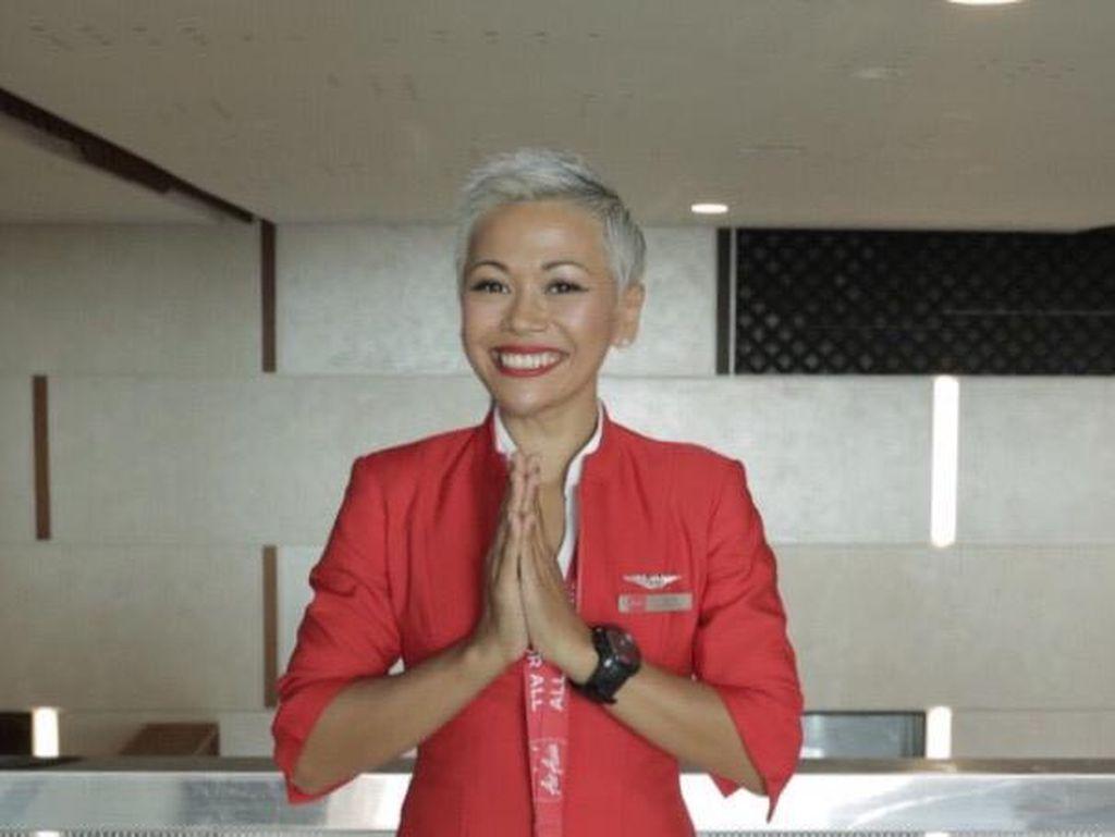 Pramugari AirAsia Ini Rajin Beri Makan Hewan Liar di Bali
