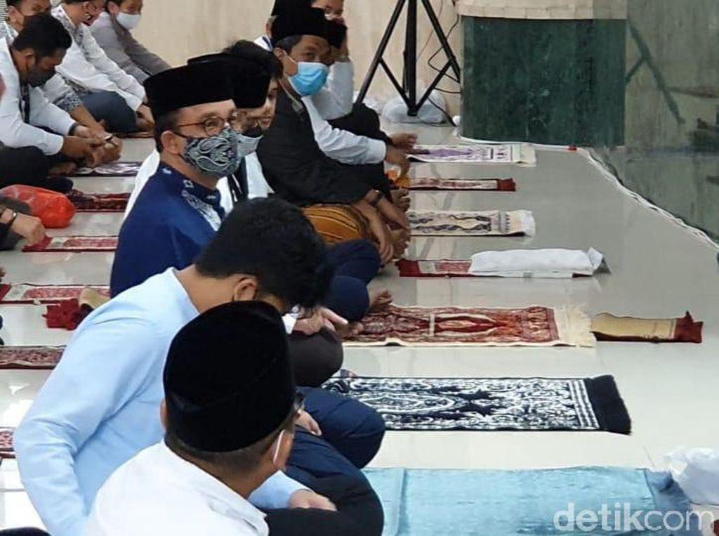 Bawa Sajadah-Pakai Masker, Anies Salat Jumat di Masjid Balai Kota DKI