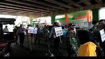 PSBB Transisi, Aparat Long March Sosialisasi Pakai Masker di Pasar Tanah Abang