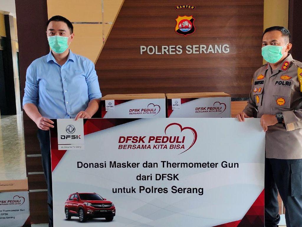 DFSK Bagi-bagi Masker dan Thermogun di Serang