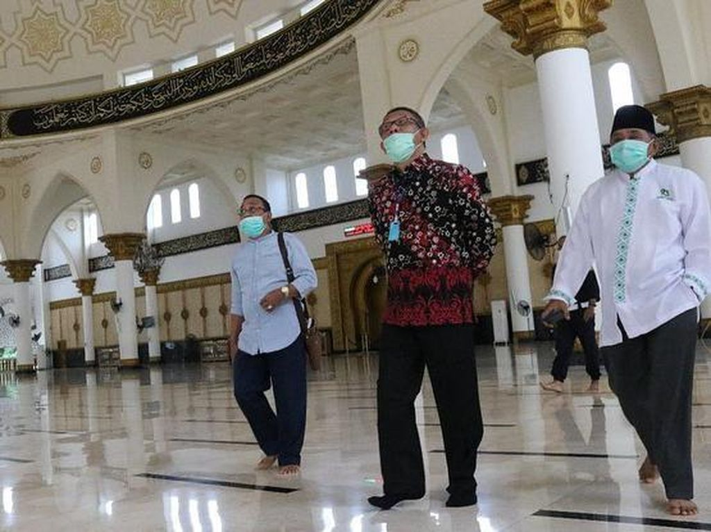 Momen Gubernur Kalbar Saat Jawab Fitnah Pakai Sepatu di Masjid