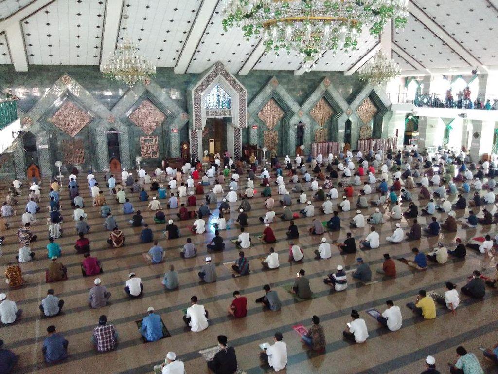 Video Jumatan di Masjid Al Markaz Dihadiri Gubernur Sulsel