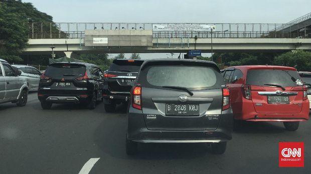 Kondisi lalu lintas di tol ruas tol Jakarta-Cikampek mengalami kemacetan setelah Gerbang Tol Halim, setelah pengumuman masa transisi PSBB, Jumat (5/6).