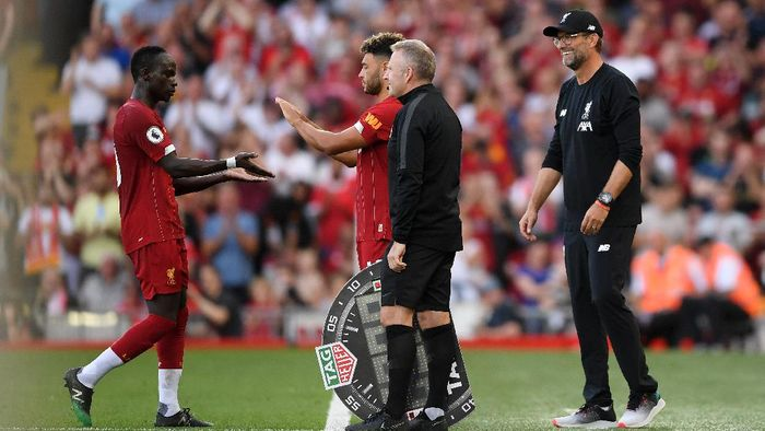 LIVERPOOL, ENGLAND - AUGUST 24: Alex Oxlade-Chamberlain comes on as a substitute for Sadio Mane of Liverpool during the Premier League match between Liverpool FC and Arsenal FC at Anfield on August 24, 2019 in Liverpool, United Kingdom. (Photo by Laurence Griffiths/Getty Images)