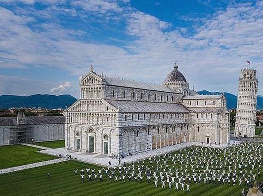 Tarian Flash Mob Warga Iringi Pembukaan Menara Pisa