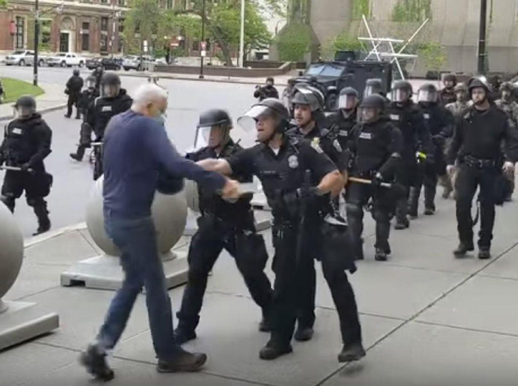 Trump Sebut Insiden Polisi New York Dorong Lansia Jebakan
