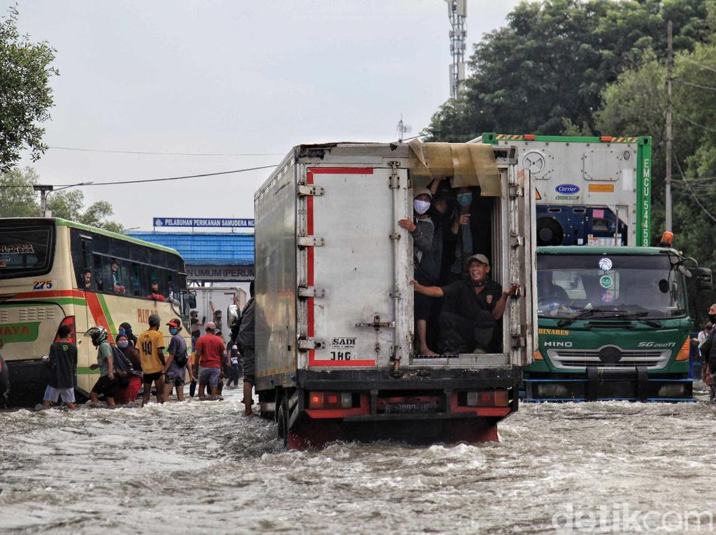 Curhat Pengusaha: Truk Rusak Terendam Banjir-Kirim Barang Tertunda