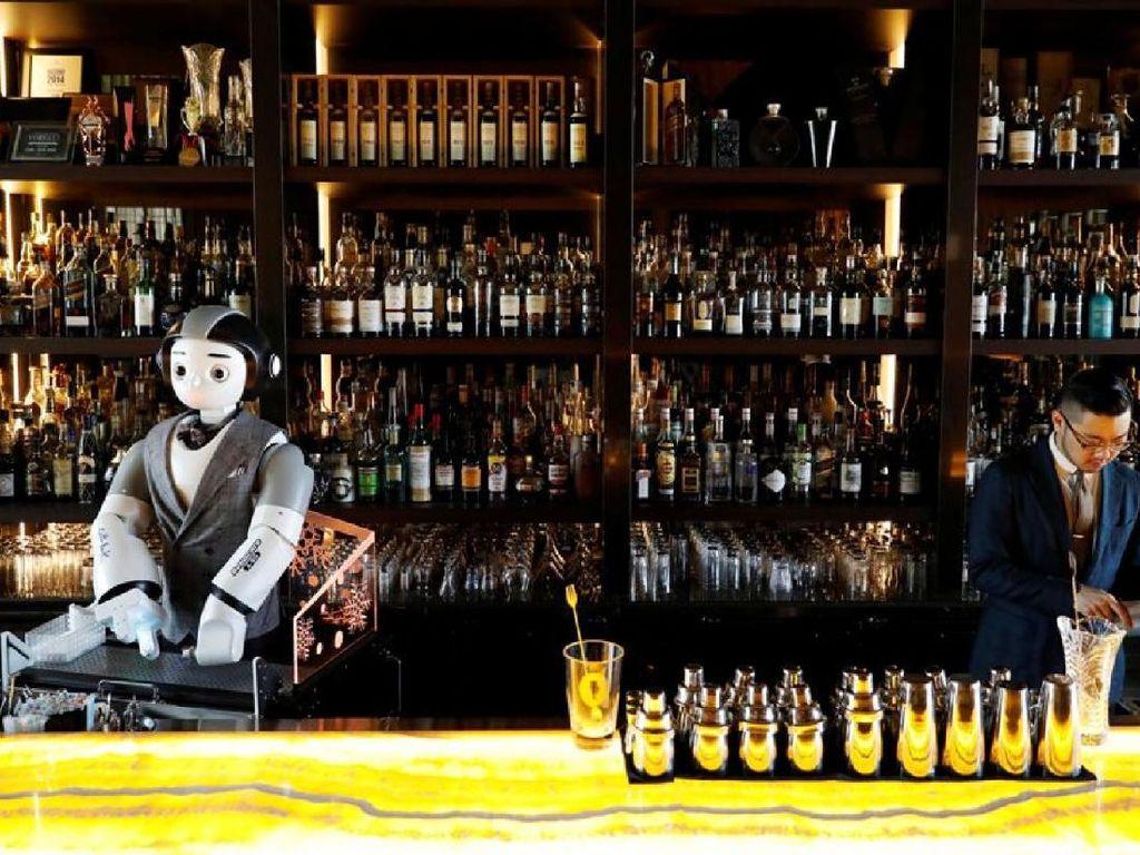 Terapkan Social Distancing Bartender di Bar Ini Digantikan Robot