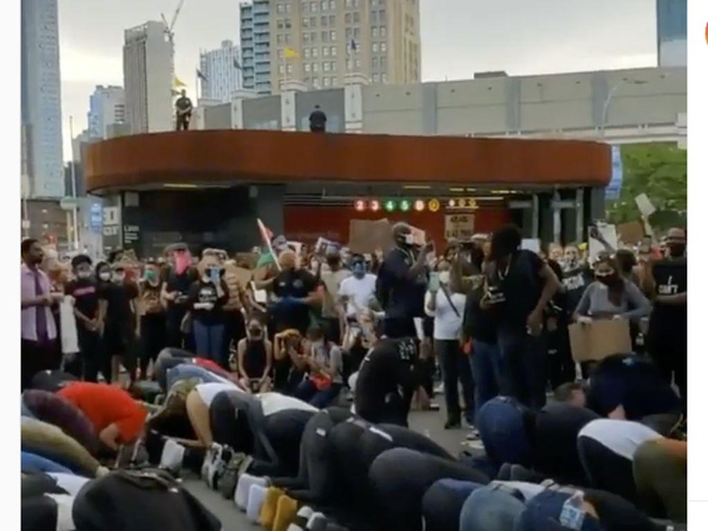 Saat Demonstran Bentengi Muslim yang Salat di Tengah Demo Floyd