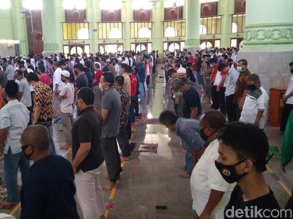Salat Jumat, Jemaah Masjid Agung Sumber Cirebon Bermasker