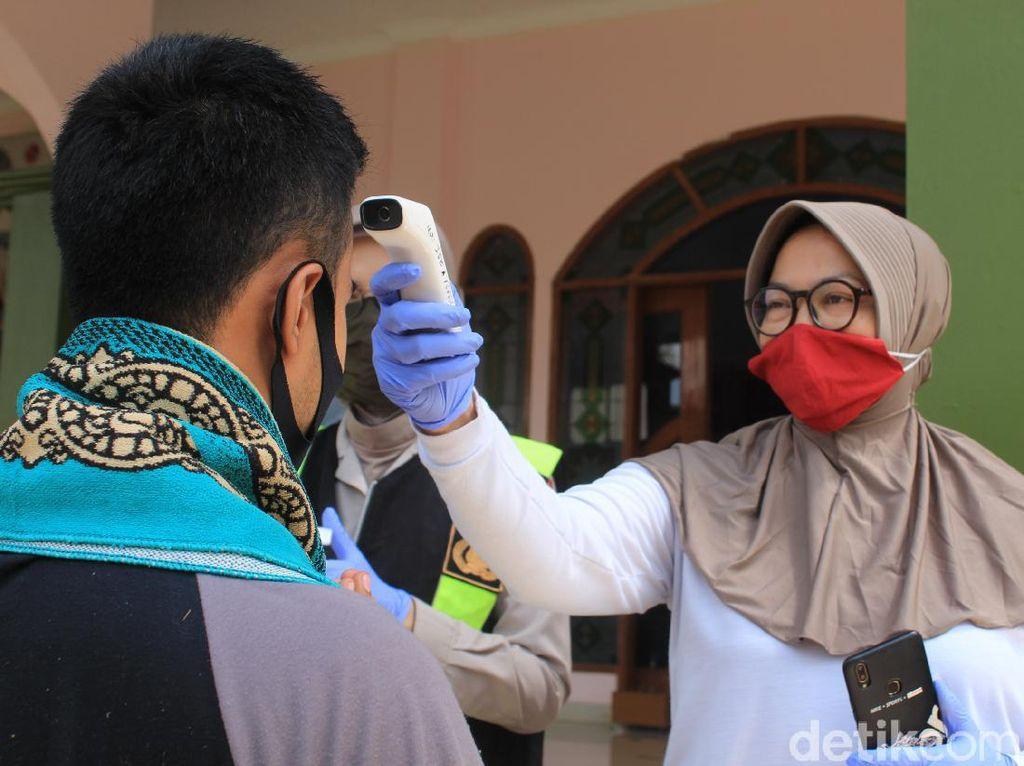 Jumatan di Masjid Polresta Bandung, Dicek Suhu dan Jaga Jarak
