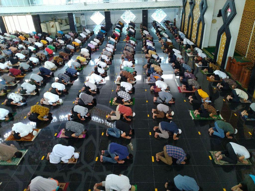 Bermasker-Jaga Jarak, Begini Suasana Salat Jumat di Masjid Baitul Faizin Bogor