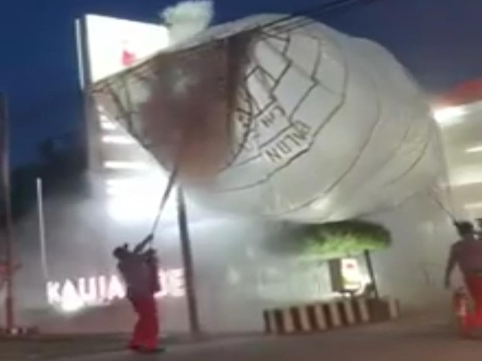 Tangkapan layar video viral. Sebuah balon udara jatuh di SPBU Kalijambe, Sragen, Jumat (5/6/2020).